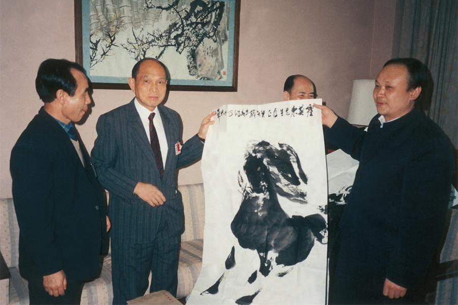 亚运会期间,原全国政协副主席霍英东先生欣赏并收藏阎飞鸿作品《神骏图》