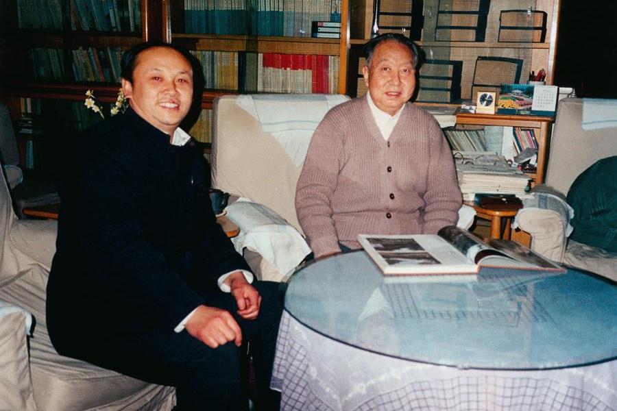 原中共中央主席、中央军委主席、国务院总理华国锋与画家阎飞鸿亲切交谈