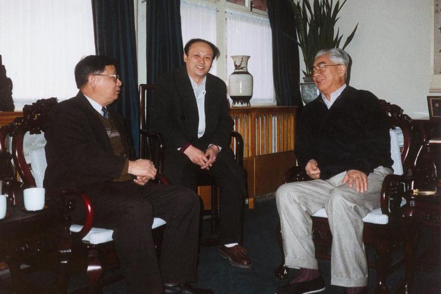 上世纪90年代初,原国家领导人荣毅仁、原国家电力部部长史大桢亲切会见画家,并邀其为京城大厦作画