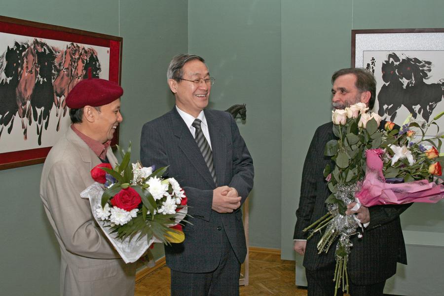 画家阎飞鸿与中国驻白俄罗斯大使吴虹滨先生、白俄罗斯著名雕塑家谢尔盖邦达连卡在一起