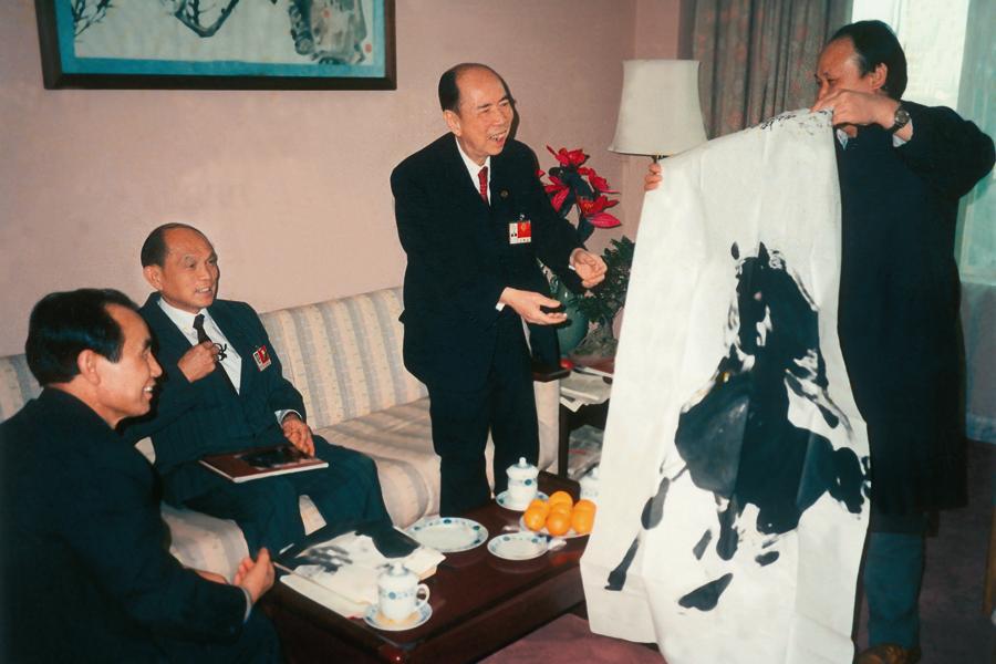 亚运会期间,原全国政协副主席马万祺先生欣赏并收藏画家阎飞鸿作品《神骏图》