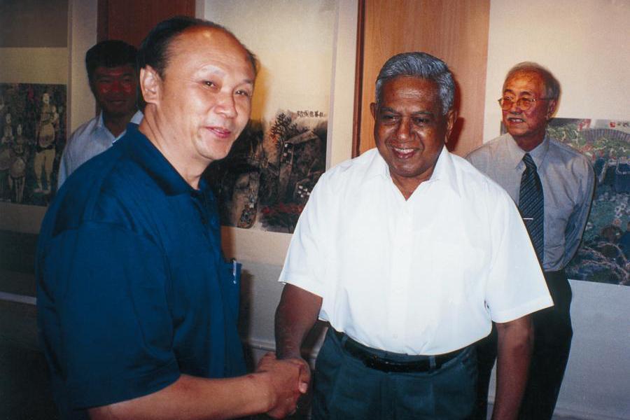 中新建交十周年之际,新加坡总统纳丹在新加坡与画家亲切会面